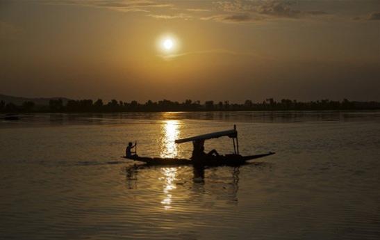 best kashmir travel blogs, indian eagle travel blog, cheap flights to india, shikara ride on dal lake
